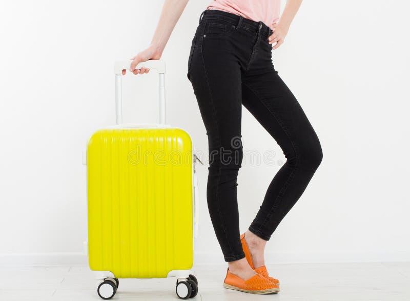 Ragazza con la valigia gialla su fondo bianco Vacanze estive r Derisione su Copi lo spazio mascherina Blan fotografie stock