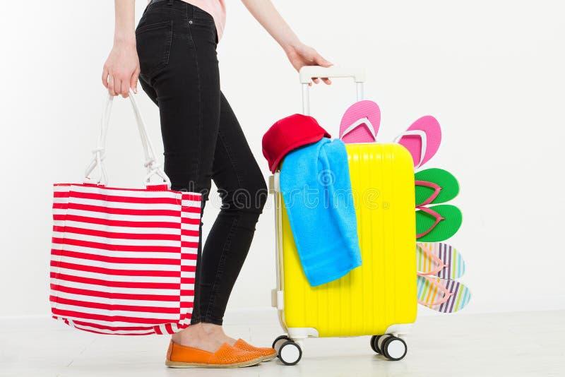 Ragazza con la valigia isolata su fondo bianco Vacanze estive r r Derisione su Co immagine stock libera da diritti