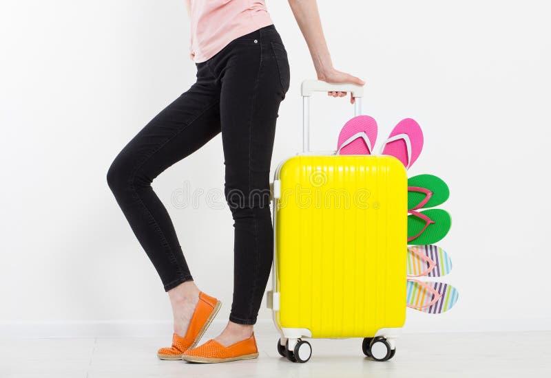 Ragazza con la valigia isolata su fondo bianco Vacanze estive r r Derisione su Co fotografia stock