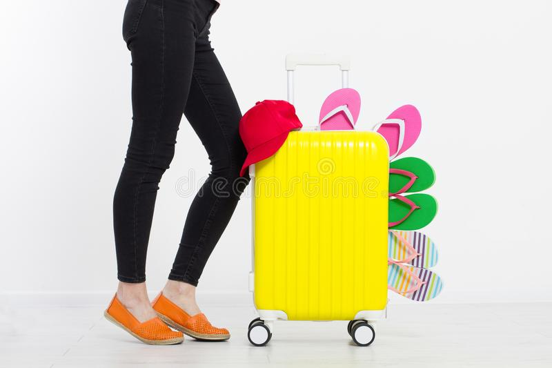 Ragazza con la valigia isolata su fondo bianco Vacanze estive r r Derisione su Co fotografia stock libera da diritti