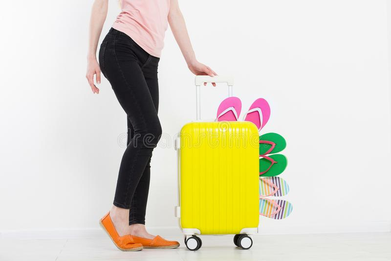 Ragazza con la valigia isolata su fondo bianco Vacanze estive r r Derisione su Co immagini stock libere da diritti