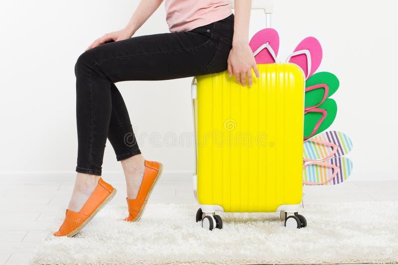 Ragazza con la valigia su fondo bianco Vacanze estive r r Derisione su Co immagine stock