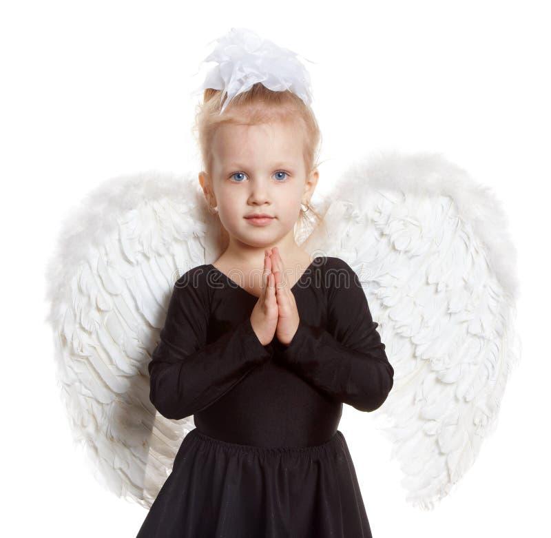 Ragazza con le ali bianche in un vestito nero immagini stock