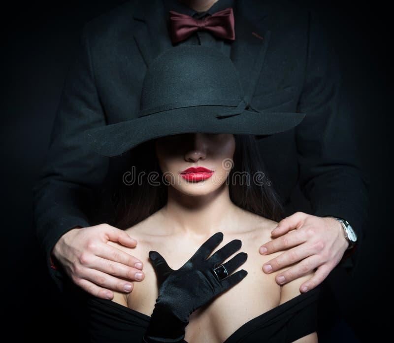 Ragazza con le armi del maschio sulle sue spalle immagini stock