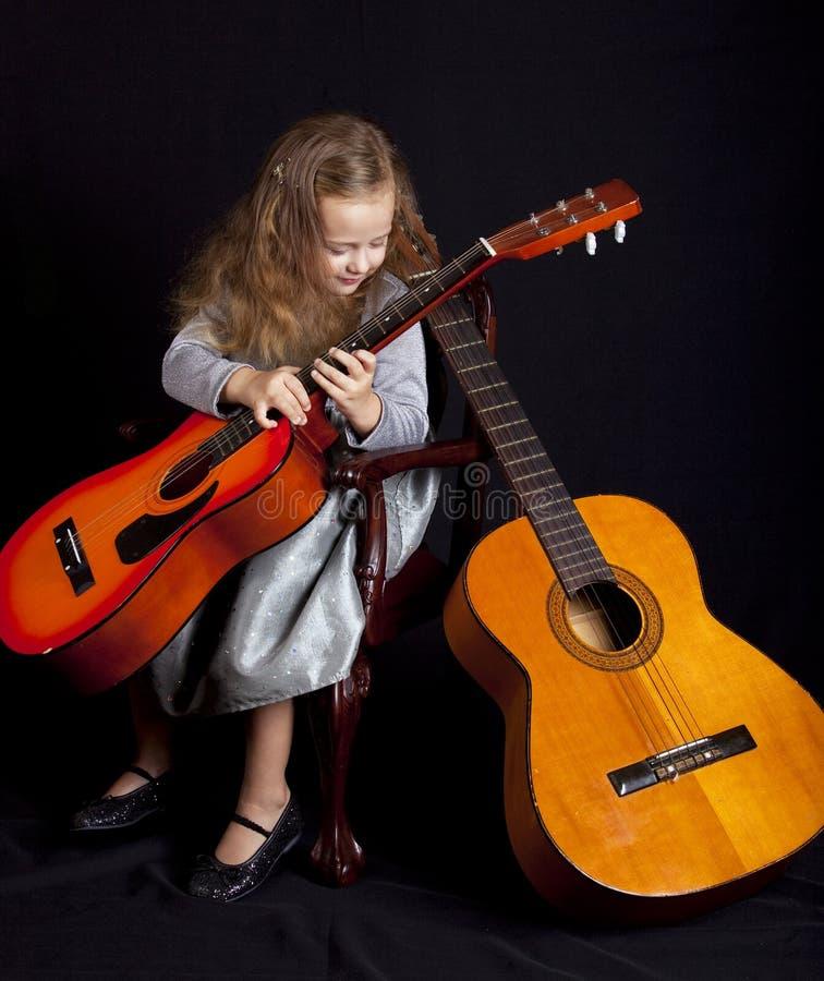Ragazza con le chitarre fotografia stock