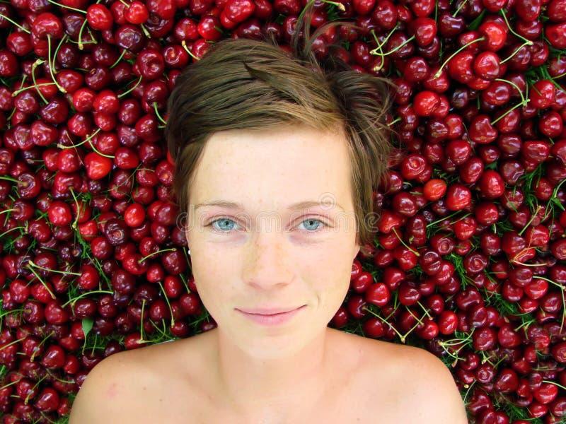 Ragazza con le ciliege fotografia stock libera da diritti