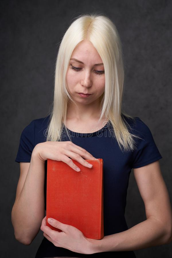 Ragazza con le lentiggini che si siedono ritratto di uno studente Di nuovo al concetto del banco immagine stock