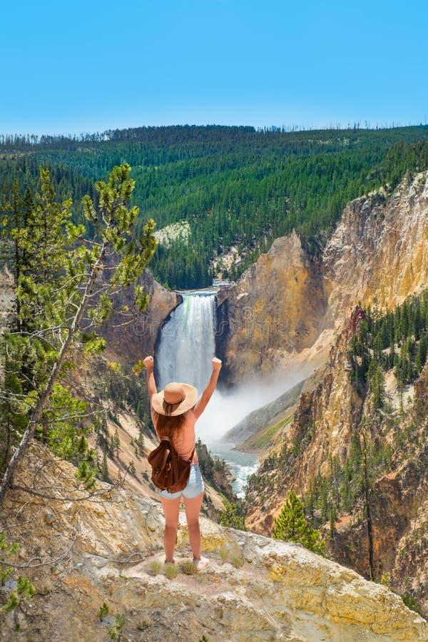 Ragazza con le mani sollevate che si rilassano sopra la montagna, esaminante il bello paesaggio di estate fotografie stock libere da diritti
