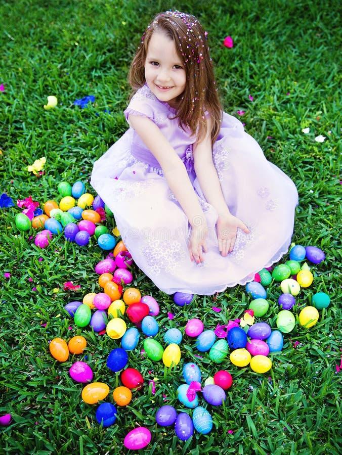 Ragazza con le uova di Pasqua fotografie stock libere da diritti