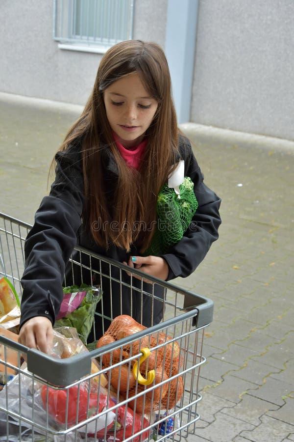 Ragazza con le verdure fotografie stock libere da diritti