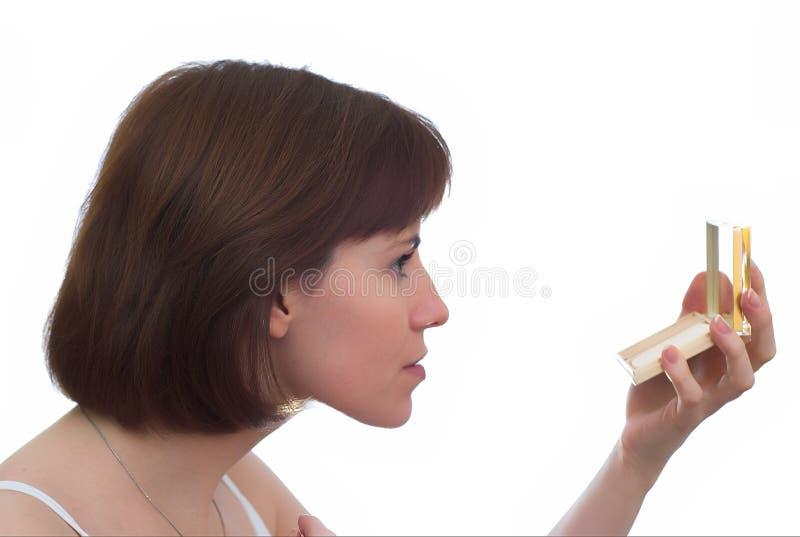 Ragazza con lo specchio fotografie stock libere da diritti
