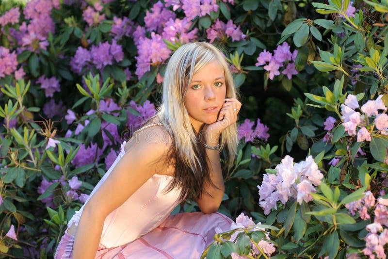 Ragazza con rododendro fotografia stock libera da diritti
