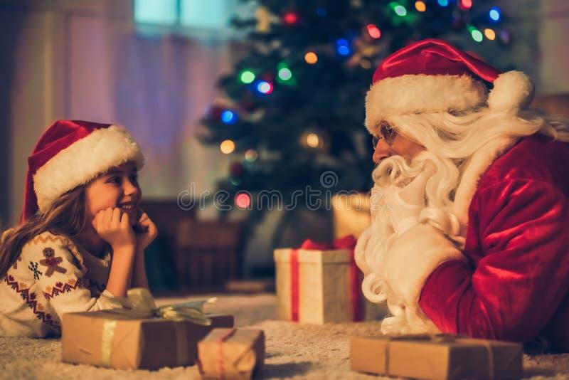 Ragazza con Santa Claus fotografia stock libera da diritti
