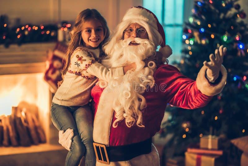 Ragazza con Santa Claus fotografie stock