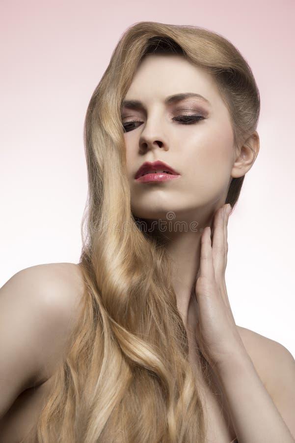 Ragazza con stile capelli lungo di modo immagine stock libera da diritti
