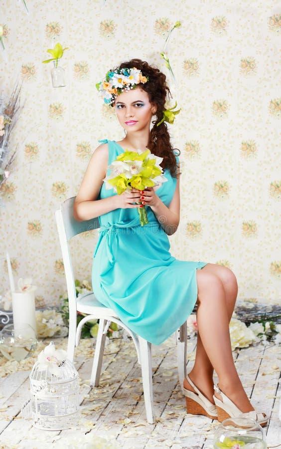 Ragazza con trucco alla moda ed i fiori immagini stock