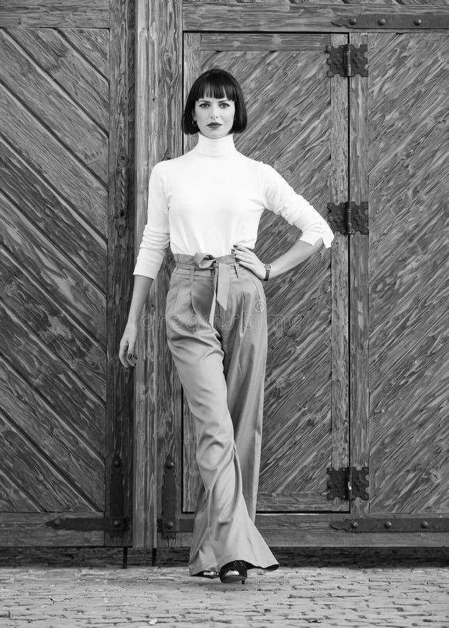 Ragazza con trucco che posa in vestiti alla moda Signora alta esile dell'attrezzatura alla moda Della donna passeggiata con confi fotografia stock libera da diritti