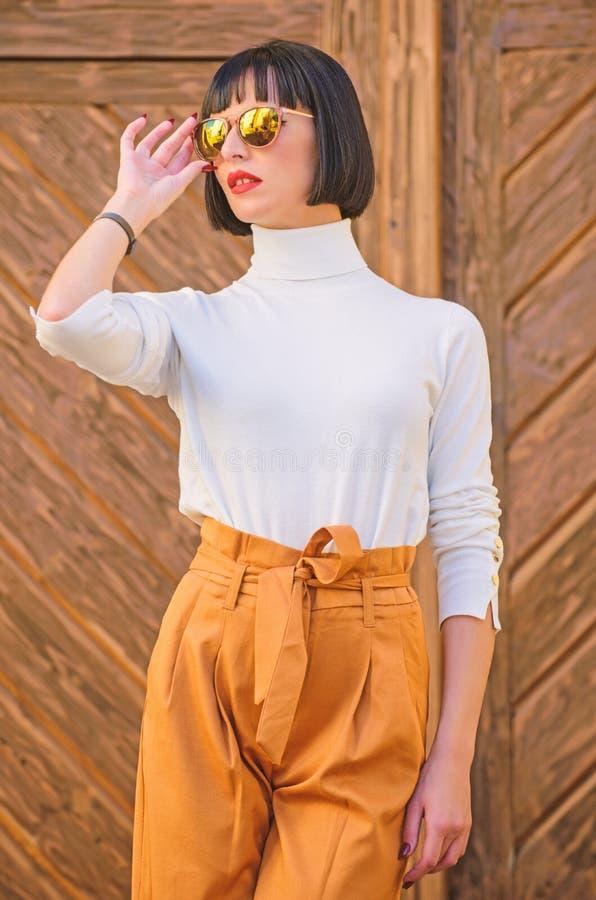 Ragazza con trucco che posa in vestiti alla moda Signora alta esile dell'attrezzatura alla moda Passeggiata della donna in attrez immagini stock