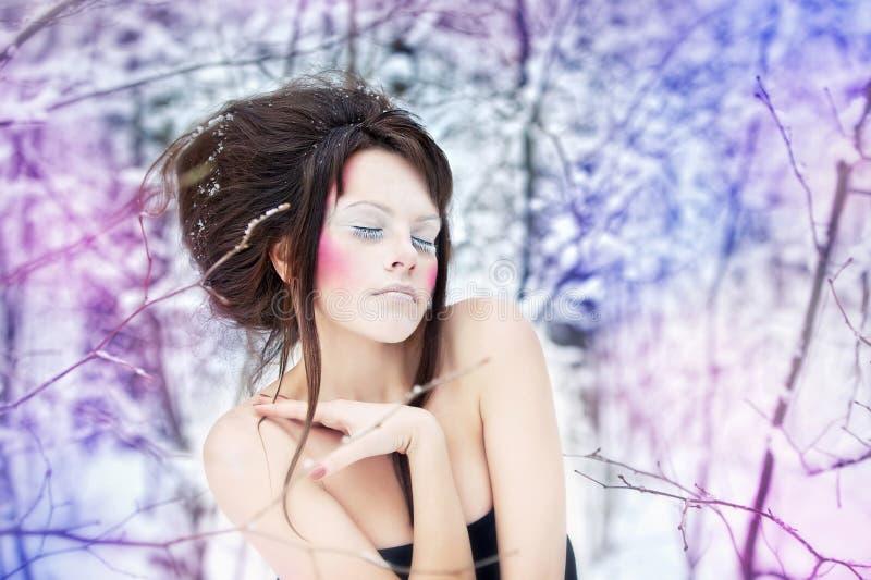 Ragazza con trucco in una foresta leggiadramente di - Colorazione immagine di una ragazza ...