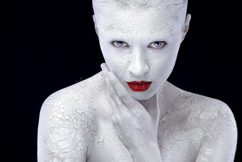 Ragazza con trucco variopinto di arte bianca, bodyart e le labbra rosse immagine stock