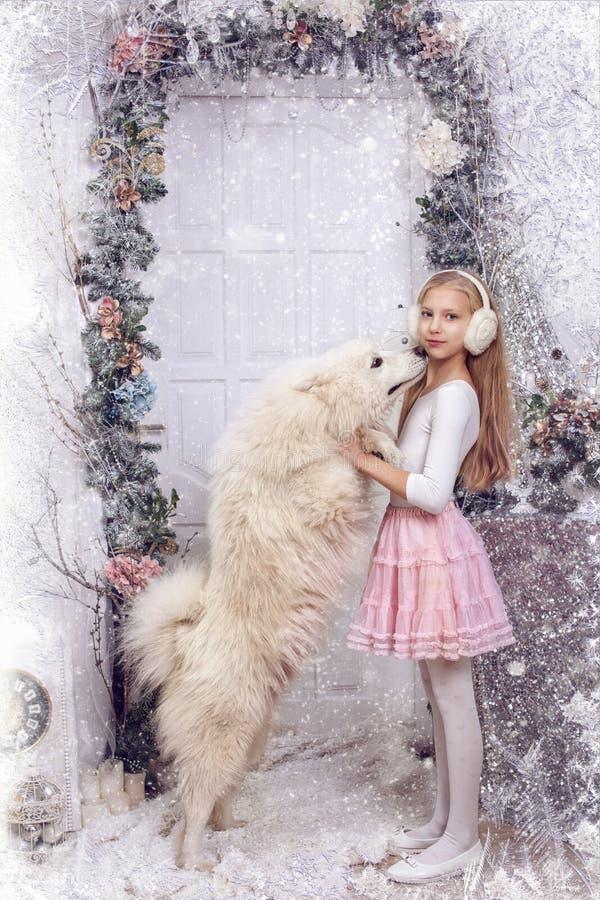 Ragazza con un cane bianco fotografia stock libera da diritti