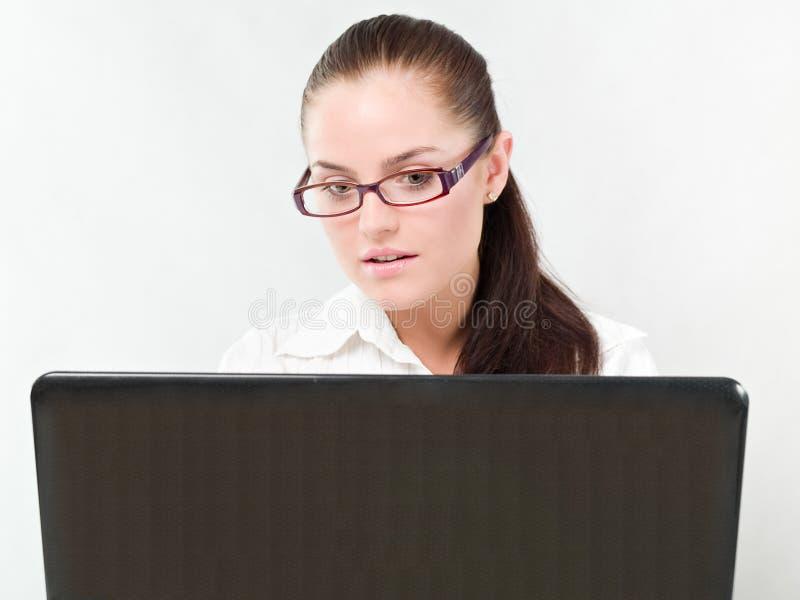 Ragazza con un computer portatile fotografia stock libera da diritti