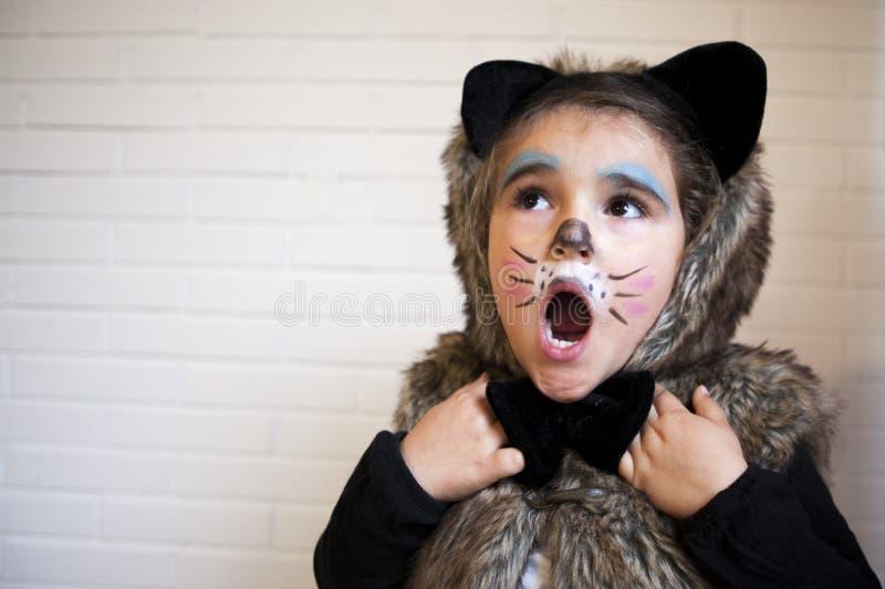 Ragazza con un costume del gatto immagine stock
