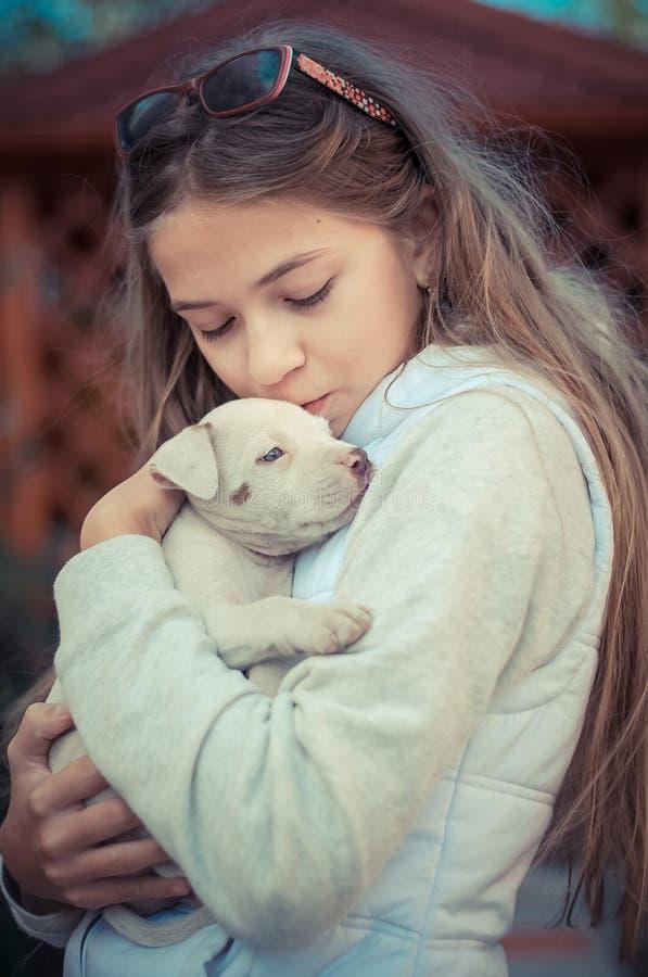 Ragazza con un cucciolo fotografie stock