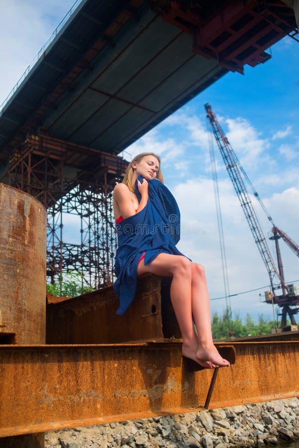 Ragazza con un fazzoletto blu fotografia stock libera da diritti