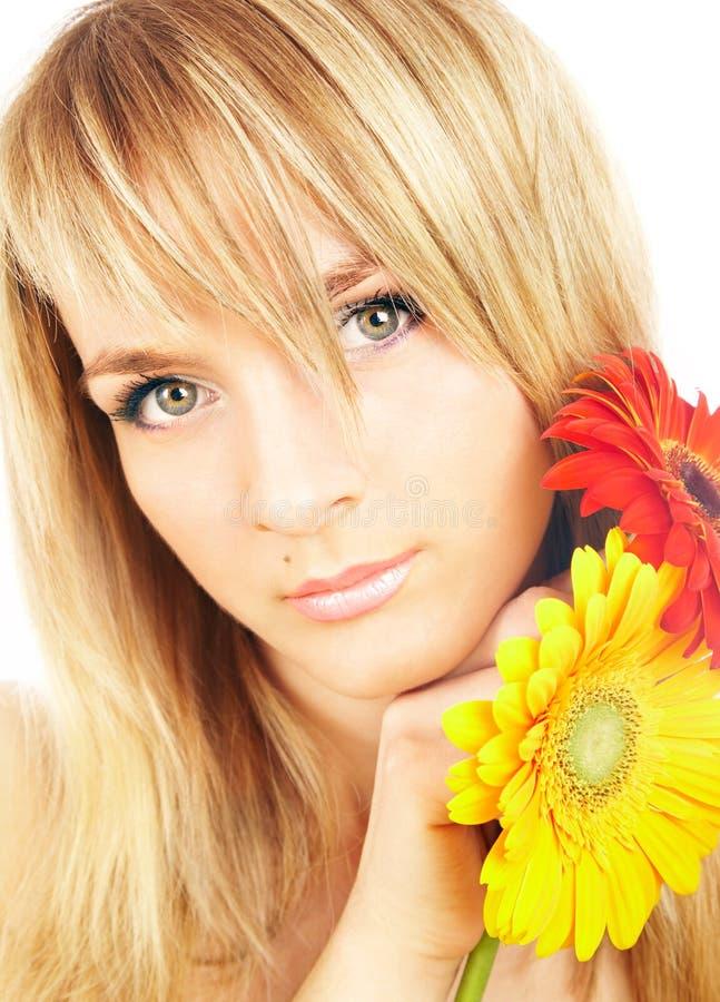 Ragazza con un fiore fotografie stock libere da diritti