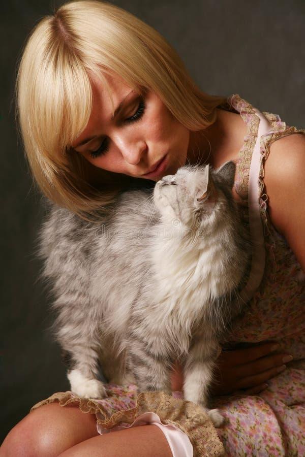 Ragazza con un gattino fotografia stock libera da diritti