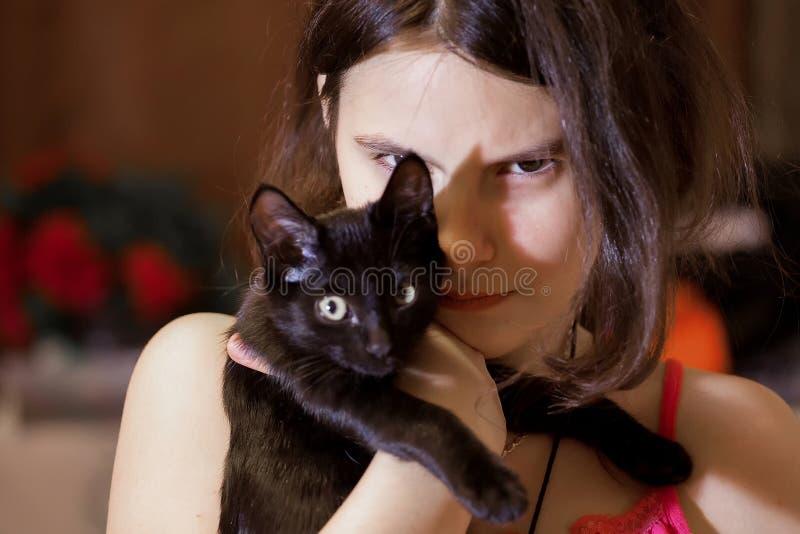 Ragazza con un gattino fotografia stock