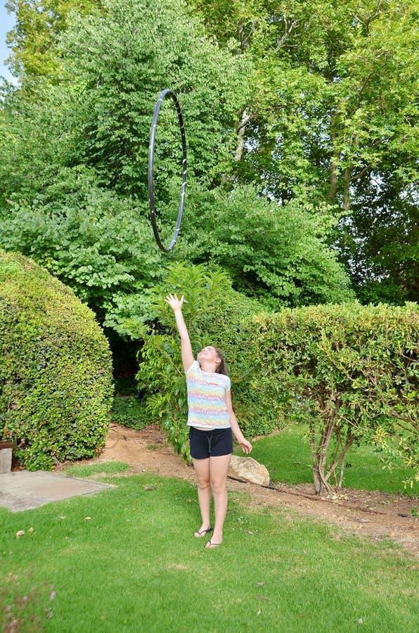 Ragazza con un hula-hoop fotografia stock