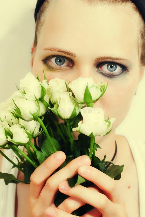 Ragazza con un mazzo delle rose bianche immagine stock