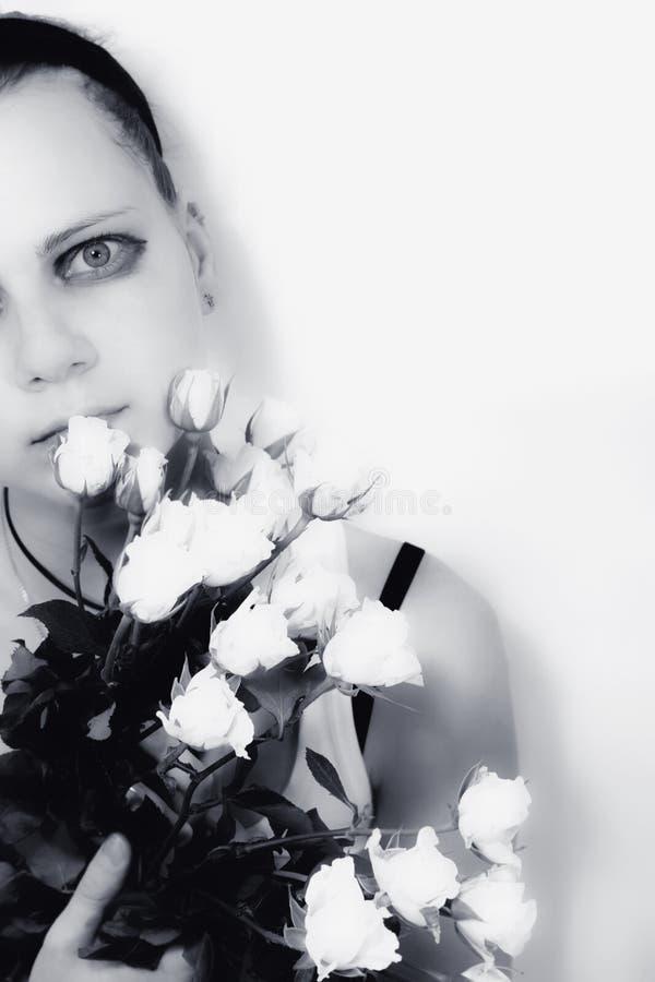 Ragazza con un mazzo delle rose bianche fotografia stock
