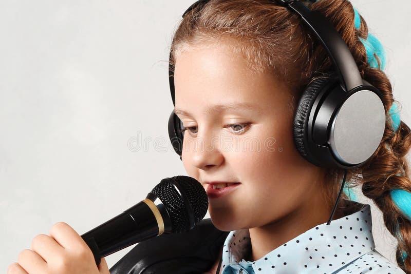 Ragazza con un microfono immagini stock libere da diritti