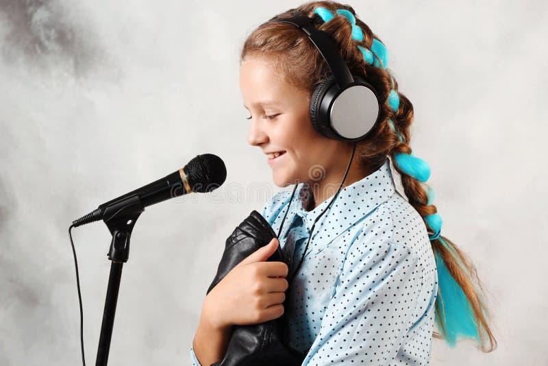 Ragazza con un microfono immagine stock libera da diritti