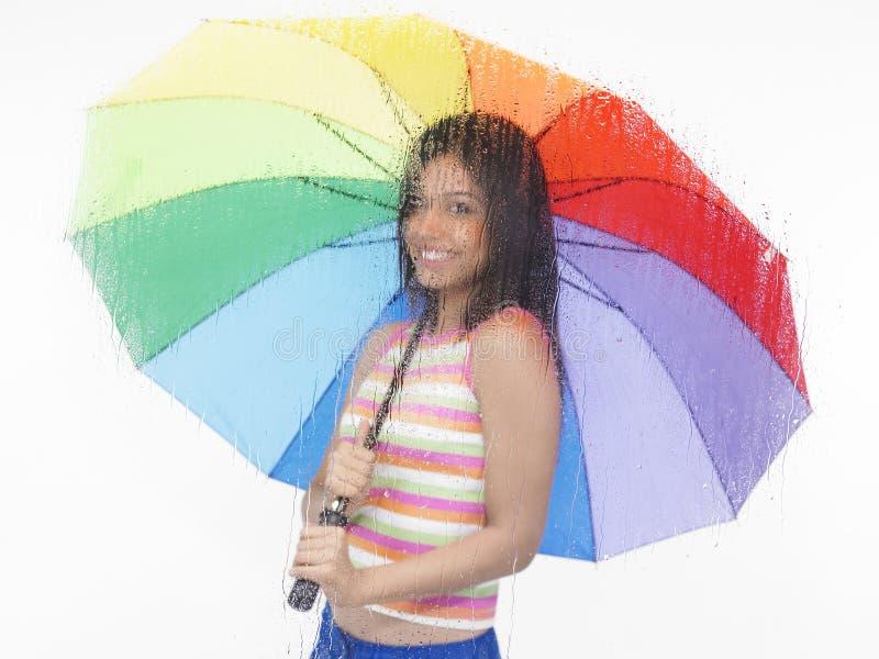 Ragazza con un ombrello del Rainbow fotografia stock