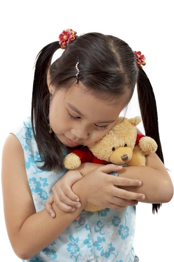 Ragazza con un orso di orsacchiotto immagini stock libere da diritti