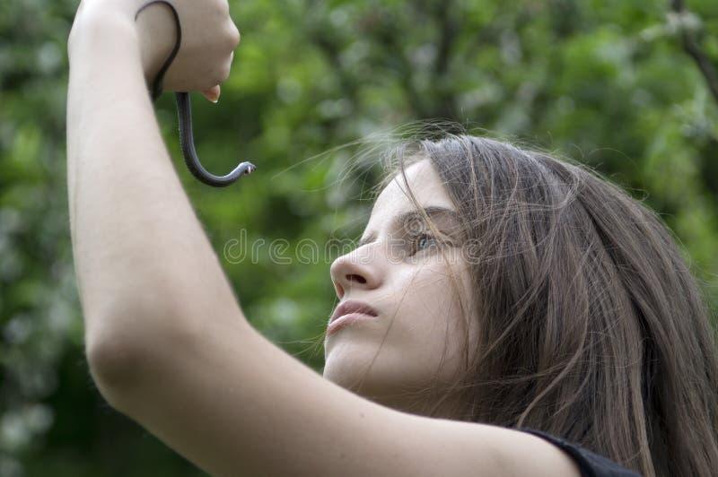 Ragazza con un serpente fotografia stock libera da diritti