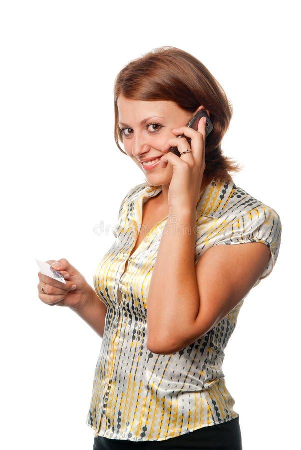 Ragazza con un telefono mobile e una carta di credito immagini stock libere da diritti