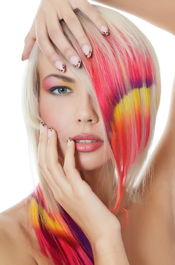 Ragazza con un trucco luminoso e uno stra multi-coloured fotografia stock libera da diritti