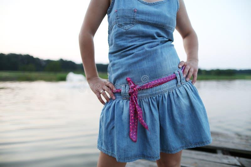 Ragazza con un vestito dal denim immagini stock libere da diritti