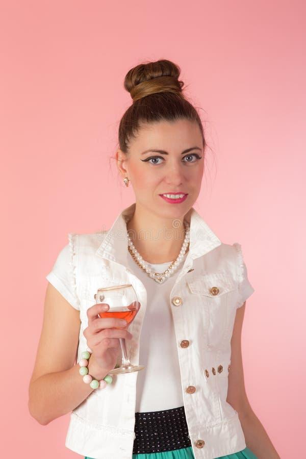 Ragazza con un vetro di vino rosè fotografia stock