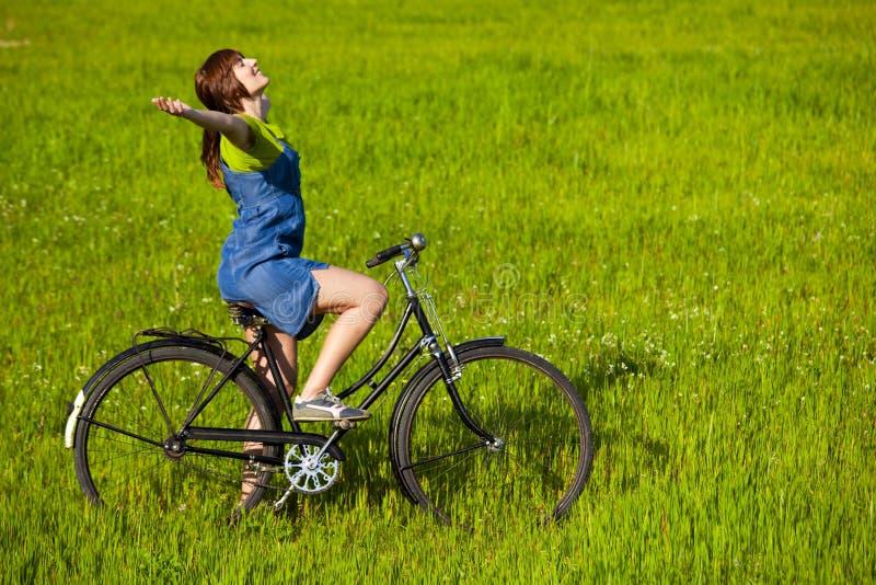 Ragazza con una bicicletta fotografie stock
