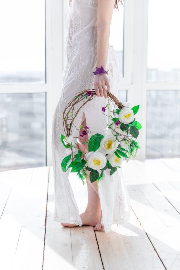 Ragazza con una corona dei fiori nell'alta chiave fotografie stock libere da diritti
