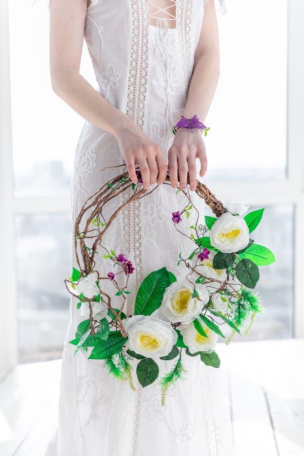 Ragazza con una corona dei fiori nell'alta chiave fotografia stock