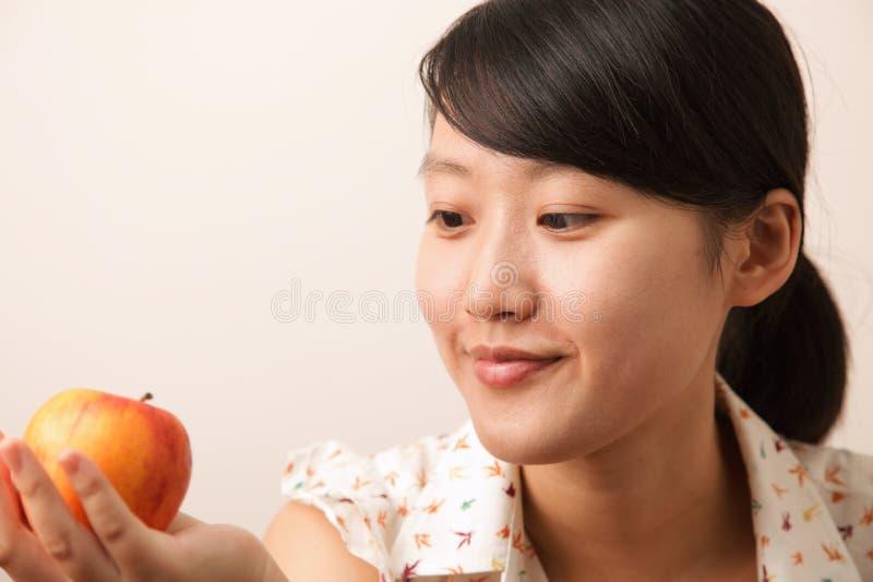 Ragazza con una mela fotografia stock