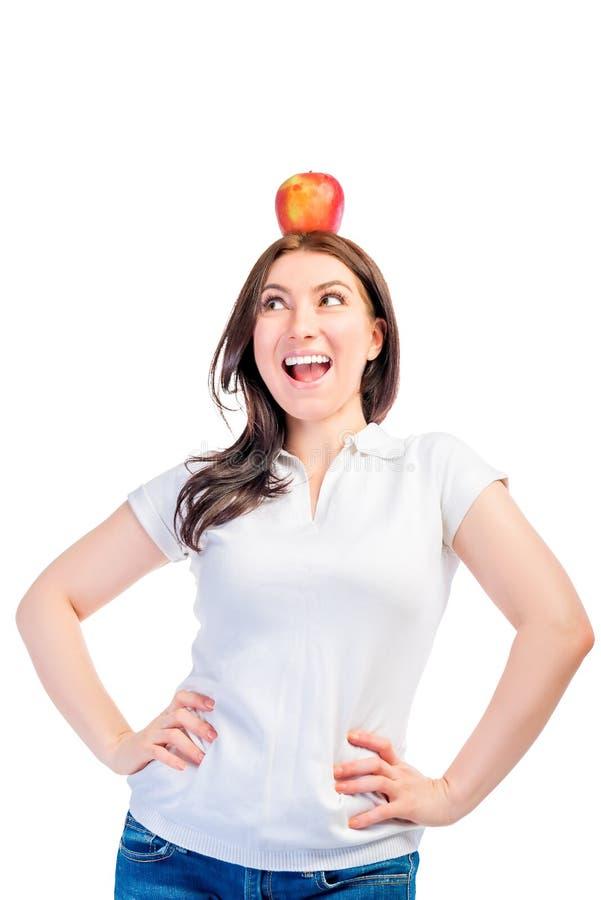 Ragazza con una mela sulla sua testa fotografia stock