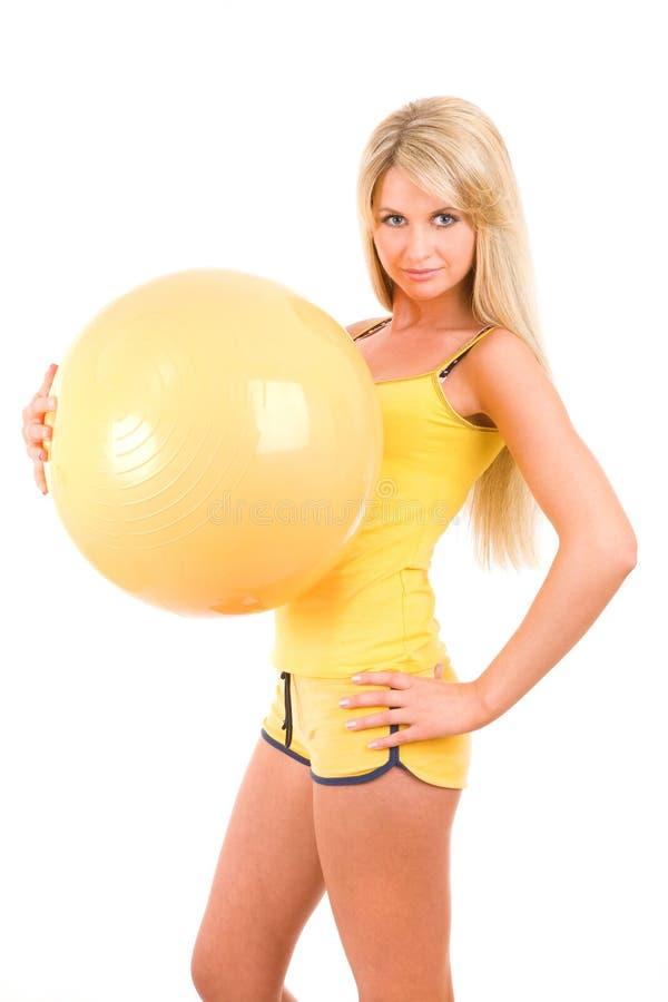 Ragazza con una sfera per forma fisica immagini stock